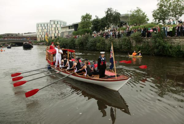 Pic: Crowds line the river to watch the Olympic Flame travel by rowboat today in Maidstone! #London2012TorchRelay <a href=