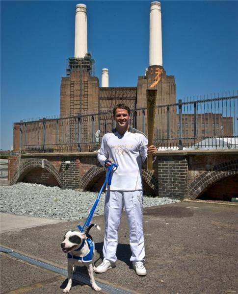 Pic: On the #London2012TorchRelay, Michael Owen walks a dog pal &amp; the Flame at Battersea Dogs &amp; Cats Home #London2012 <a href=