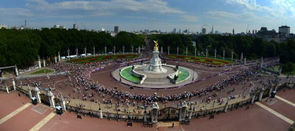 @London2012: Pic: Blue skies and huge crowds at the Queen Victoria memorial on the Marathon route today #London2012 <a href=
