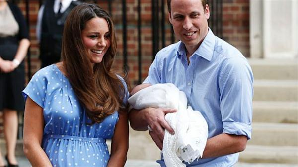 Kate, William e Royal Baby fuori dalla clinica