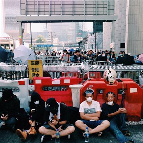Polisen river barrikader i hongkong