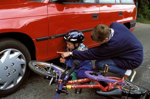geparktes auto beschädigt was tun