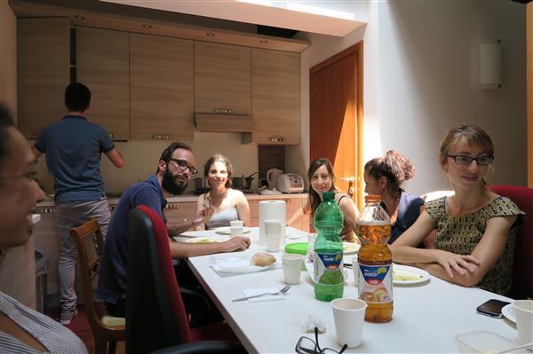 I pranzi in famiglia ritrovarsi intorno a un tavolo - A tavola con amici ...