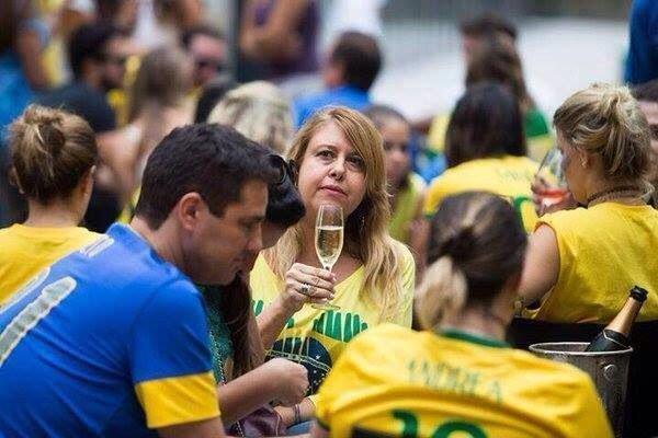 Resultado de imagem para passeata corrupção bebendo champanhe