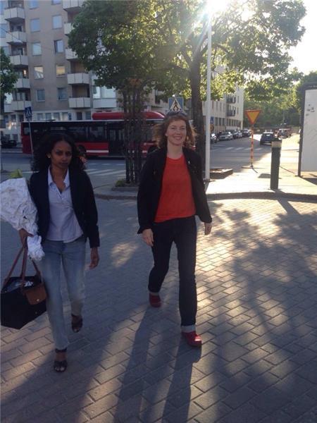 Vänsterpartiets Malin Björk anländer.