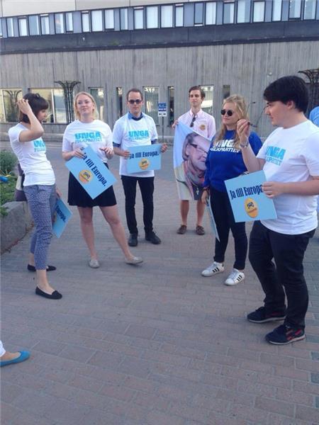 Folkpartiets ungdomsförbund har samlats utanför Svt inför debatten.