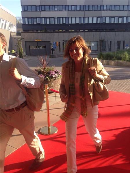 Isabella Löwin (Mp) anländer till kvällens debatt.