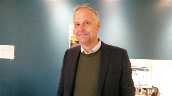 -Jag inledde dagen med att dricka kaffe och köpa mjölk, berättar V-ledaren Jonas Sjöstedt som nu anlänt till tv-huset. Han förtidsröstade i Umeå i förrgår och kommer senare idag att dela ut valsedlar i Stockholmsförorten Kärrtorp.