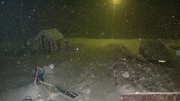 Boda Kyrkby i Dalarna. Det kom över 2 dm nysnö på under 2 timmar, skriver Sofie Löfgren
