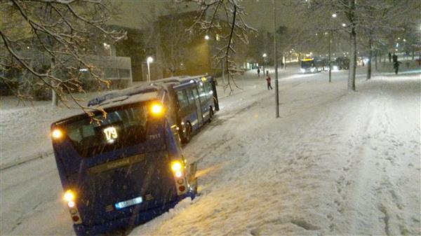 Det blev totalstopp i trafiken vid 17-tiden i båda riktningarna genom Rinkeby Centrum efter att ett buss kanat baklänges och fastnat på tvären över vägen och upp i en slänt. Stoppet ledde till långa köer av bussar i båda riktningarn, skriver Jenny Melander.