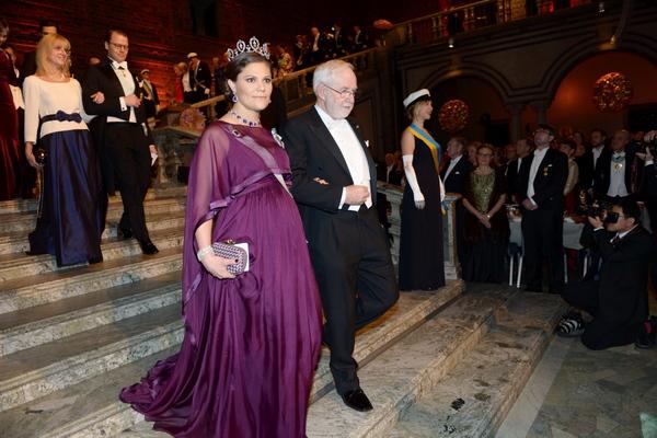 393743d60b2c Kronprinsessan Victoria och Arthur B. McDonald, fysikpristagare. Foto:  Fredrik Sandberg/TT