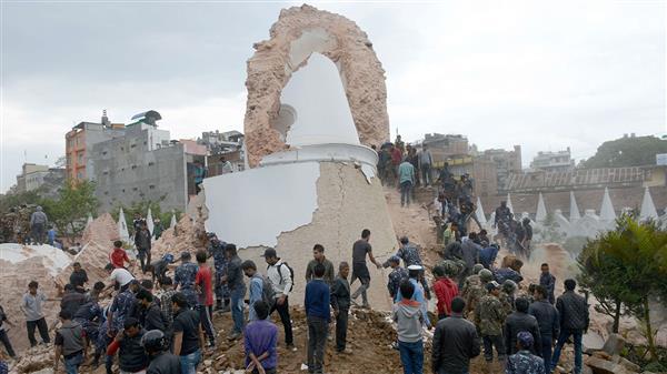 Ett historiskt landmärke, det nio våningar höga tornet i Dharahara, har kollapsat. Minst 50 personer uppges vara fast, och tv-bilder visar flera kroppar i rasmassorna. Foto: TT