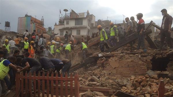 Räddningsarbetare vi Durbartorget i Katmandu där flera byggnader kollapsat. Foto:TT