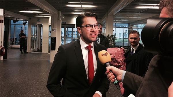 Här kommer Sverigedemokraternas Jimmie Åkesson, som gör comeback i kvällens debatt. Foto: SVT