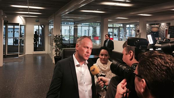 Här anländer Vänsterpartiets Jonas Sjöstedt. Foto: SVT