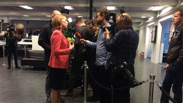 Annie Lööf intervjuas av reportrarna inför debatten. Foto: SVT