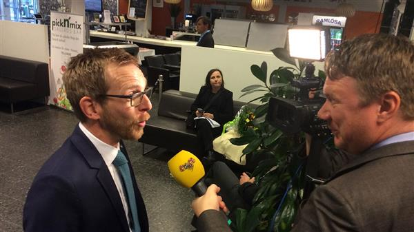 Jakob Forssmed (KD) har precis kommit till tv-huset. Här intervjuas han av Expressen. Foto: SVT Nyheter