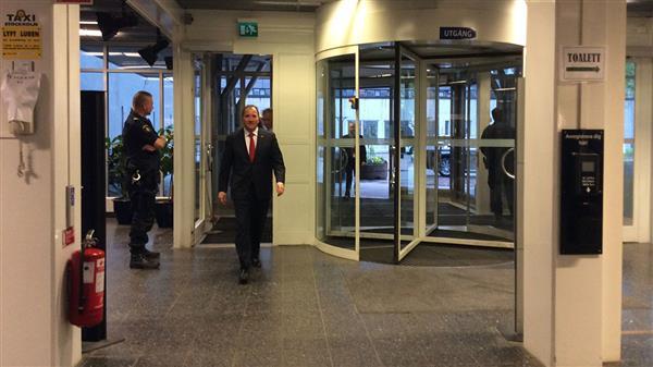 Här kommer statsminister Stefan Löfven (S) in genom dörrarna på SVT. Foto: Christoffer Wendick/SVT