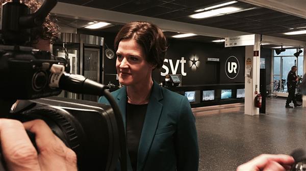 Här anländer Moderaternas partiledare Anna Kinberg Batra. Foto: SVT