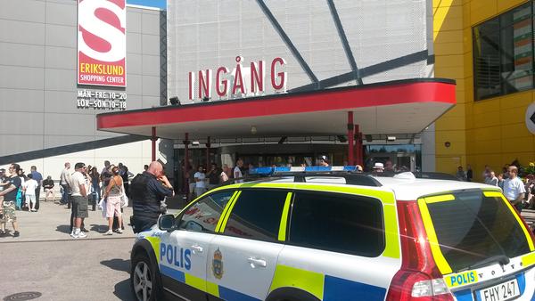 Polis på plats utanför Ikea-varuhuset i Erikslund. Foto: Peter Ström/SVT