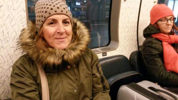 Rita, som ska resa till Rom, har kommit ombord på Öresundståget och är glad att tåget strax ska gå. Men konduktören säger att alla som vill åka nu ska byta perrong och ta ett annat tåg så Rita och ett 20-tal andra resenärer småspringer och kliver ombord på det andra tåget,  som nu rullar mot Öresundsbron.  – Yes, säger Rita.