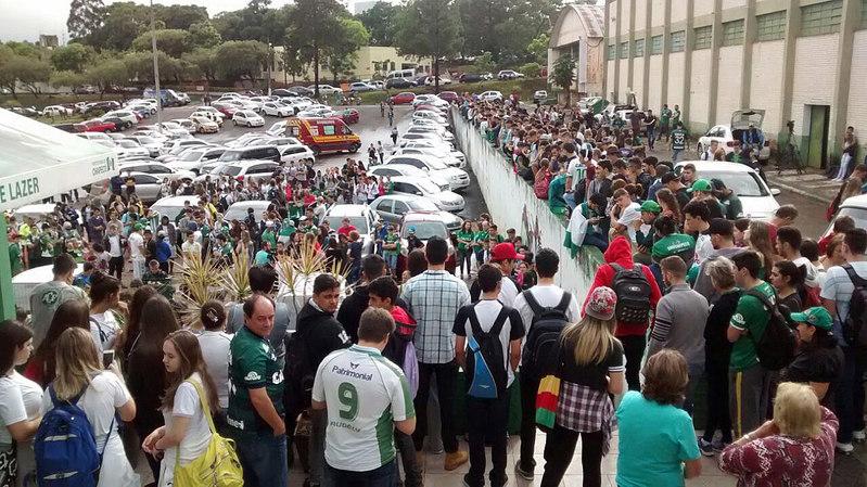 Numerosos aficionados se han desplazado hasta la sede del Chapecoense - FOTO: EFE