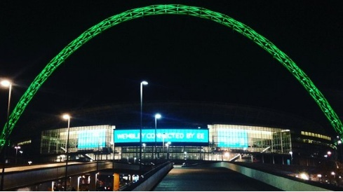 En la entrada de Wembley se ha iluminado de color verde el arco de 134 metros de altura, de la fachada principal del estadio, en memoria de los jugadores del Chapecoense fallecidos por el trágico accidente de avión en Colombia.