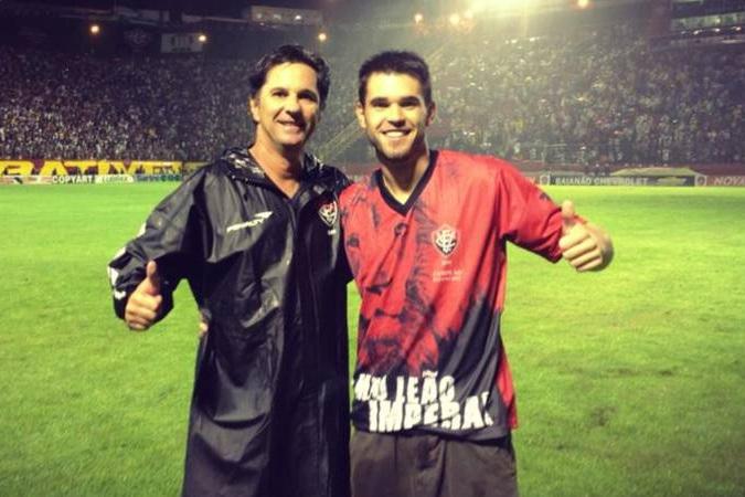 El entrenador Caio Júnior, fallecido en el accidente de avión, y su hijo, que también tenía que viajar