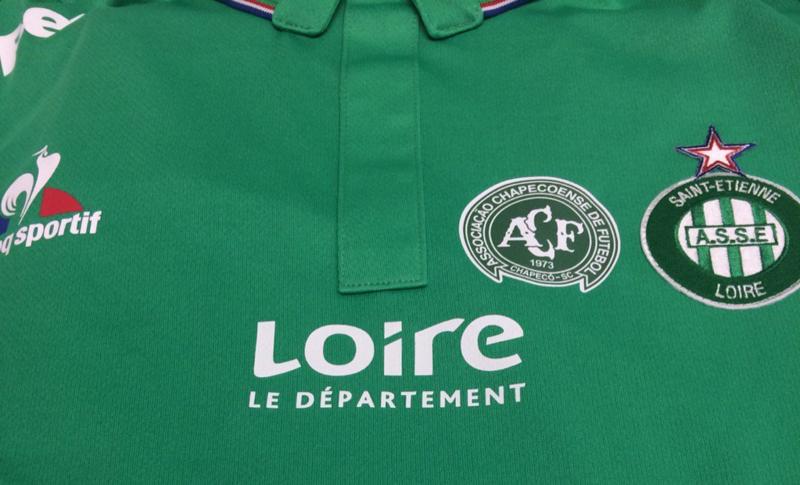 La camiseta del Saint-Étienne con el escudo del Chapecoense como homenaje.