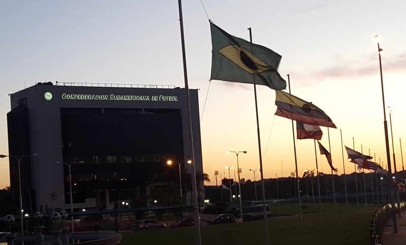 Banderas a media asta en la sede de la CONMEBOL - FOTO: EFE