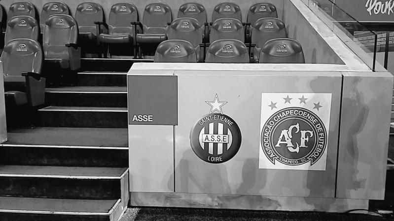 El banquillo del Saint-Étienne tiene también el escudo del Chapecoense para el próximo partido.