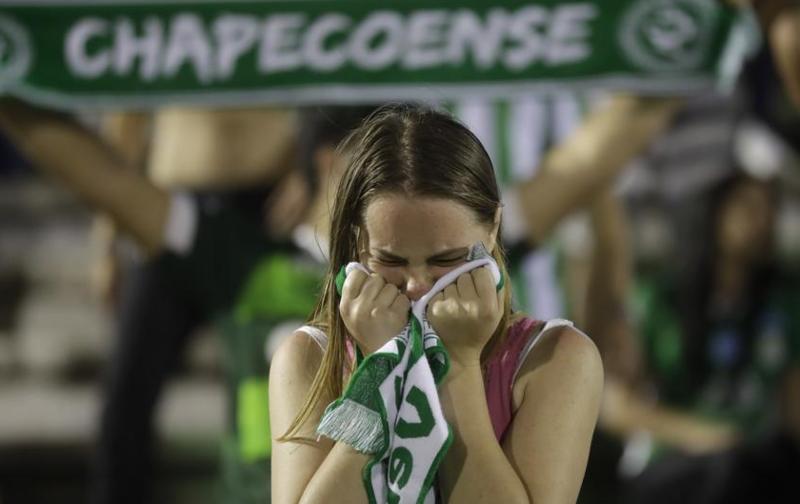Una aficionada no puede contener las lágrimas en el homenaje a las víctimas (Andre Penner / AP)