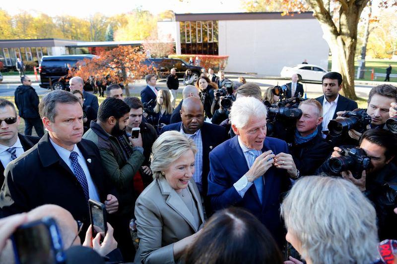 14 50 Los ciudadanos muestran su apoyo a Hillary Clinton antes de votar  (AFP) cfda783e6d544