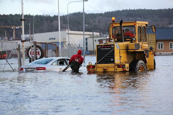 I Uddevalla fick en översvämmad bil hjälpas loss av en hjullastare. Foto: Rescue Photo:
