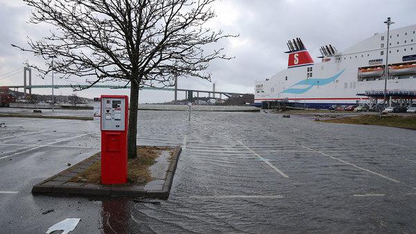 Tysklandskajen i Göteborg under vatten. Vattenståndet i havet är betydligt över det normala.
