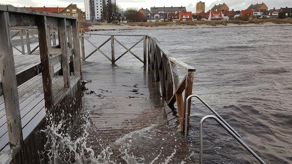 Vattnet stiger i hamnen i Höganäs i nordvästra Skåne. Så här såg det ut för cirka en timme sedan. Foto: Richard Lööf