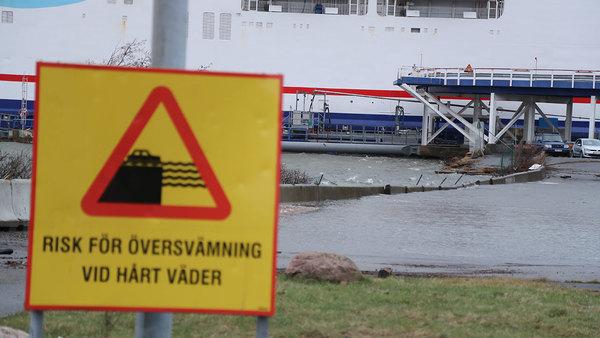 Vattenståndet vid Tysklandsterminalen i Göteborg och svämmade över hela kajen och parkeringen när stormen Urd närmade sig.