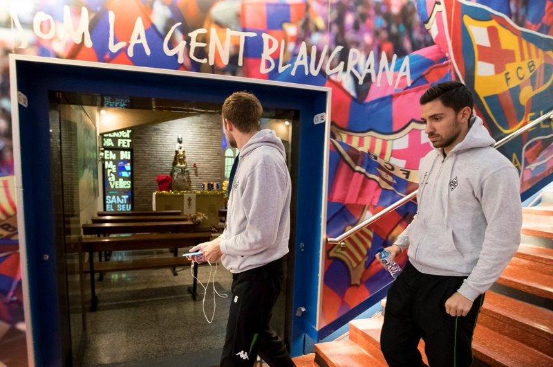 Los jugadores del Gladbach, sorprendidos con la capilla en el túnel de vestuarios