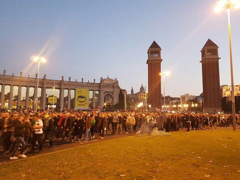 La afición del Gladbach, rumbo al Camp Nou desde Plaza España