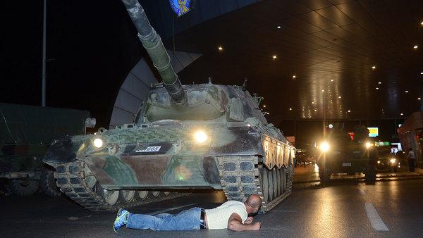 Dramatiska bilder. En man har lagt sig framför militärens stridsvagnar utanför Ataturkflygplatsen i Istanbul.