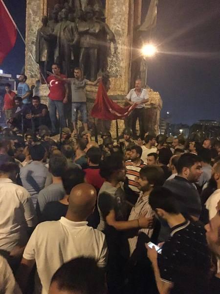 Regeringstrogna civila personer verkar följa premiärministerns uppmaning att gå ut på gatorna – här på Taksimtorget i Istanbul.
