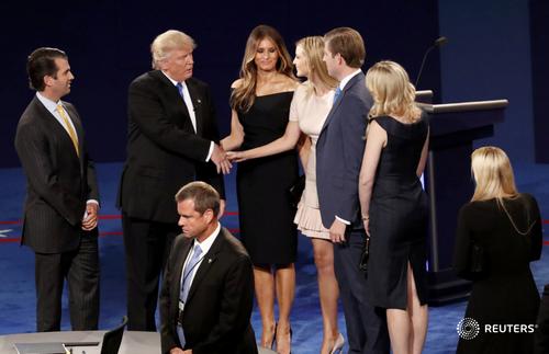 Trump va Clinton doi dau nay lua trong tranh luan truc tiep dau tien