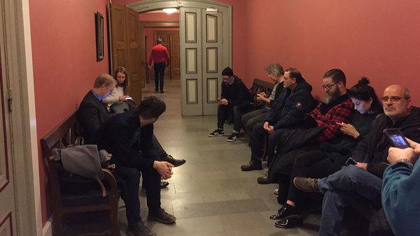 Många har inte fått plats i rättssalen. Foto: Helen Blob