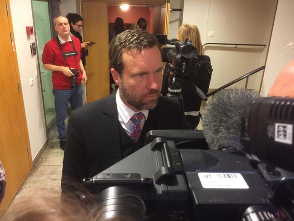 Fredrik Önnevalls advokat Björn Benschöld intervjuas i pausen. Han berättar att han kommer hänvisa till det humanitära undantaget.