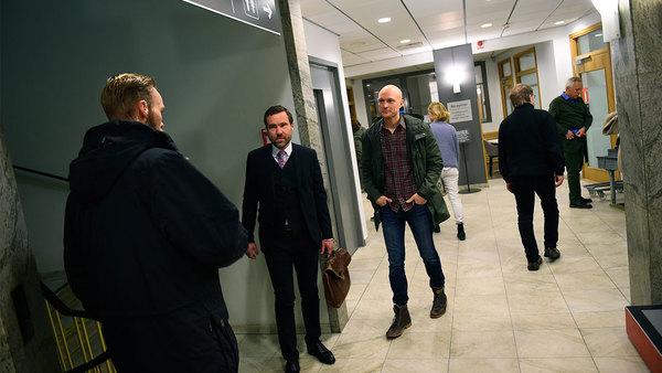 Fredrik Önnevall anländer till tingsrätten. Foto: TT