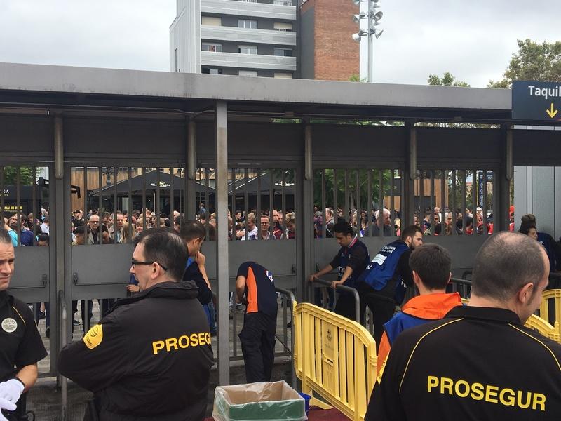 Los aficionados del Barça esperando noticias a las puertas del Camp Nou. Foto Manel Montilla