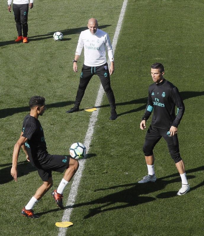 Zidane, dirigiendo el entrenamiento del Madrid este viernes FOTO: EFE