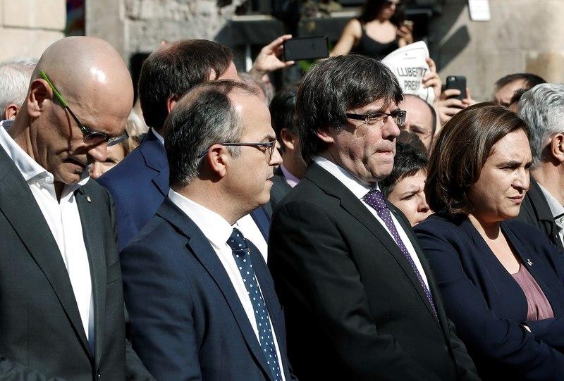 Imagen de Carles Puigdemont y Ada Colau en un momento de la concentración que ha habido en la plaza Sant Jaume de Barcelona - FOTO: EFE