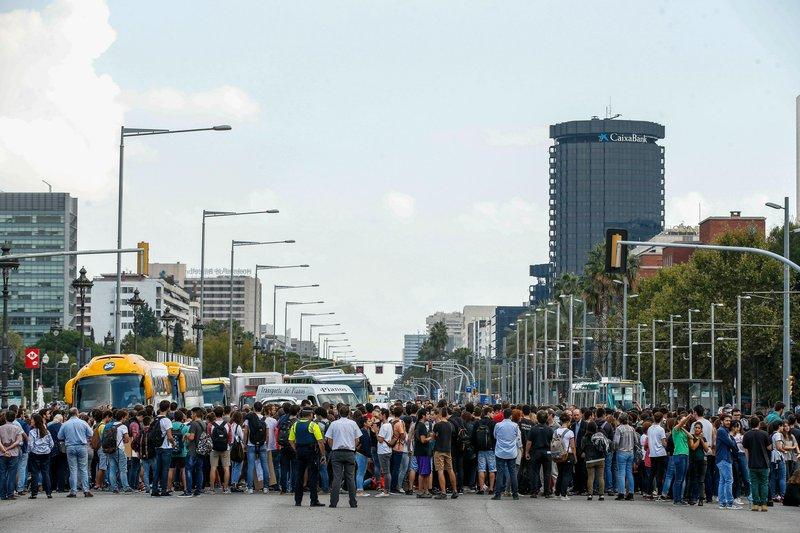 Los estudiantes universitarios de Barcelona se han concentrado cortando la Diagonal - FOTO: EFE