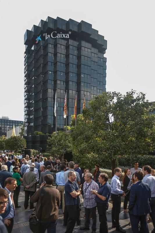 Los trabajadores de la sede central de La caixa en Barcelona también se han concentrado este mediodía - FOTO: EFE